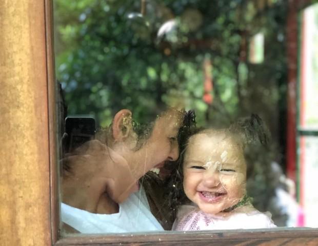 Madalena encanta fãs ao lado da mamãe Yanna Lavigne