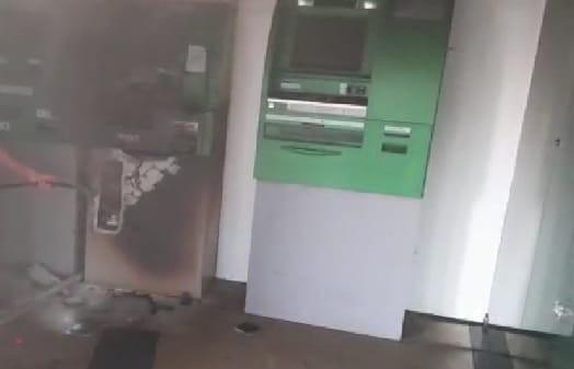 Bandidos invadem banco e levam dinheiro após destruir caixa eletrônico com maçarico