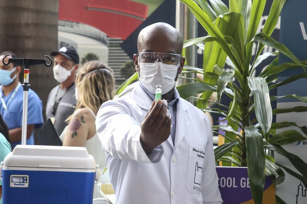 Aplicação de doses da vacina Oxford/AstraZeneca na Fiocruz — Foto: Mauricio Bazilio/Governo do Estado do Rio/Divulgação