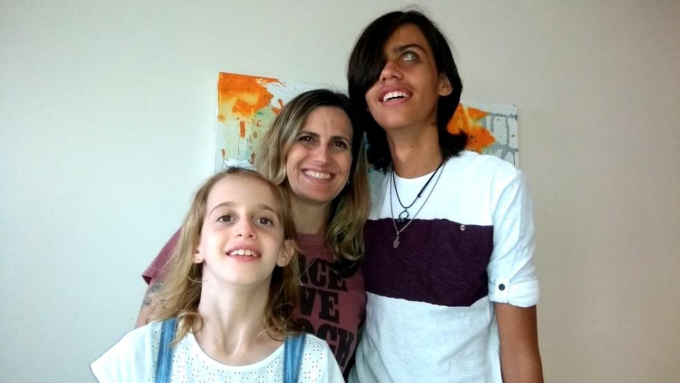 Camila, a filha Sofia e o afilhado Vinícius, em Campinas. Família busca recursos para transplante de córnea do garoto, de 14 anos. (Foto: Patrícia Teixeira/G1)