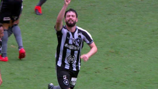 Gol do Botafogo! Bochecha toca para João Paulo, que bate colocado para empatar partida