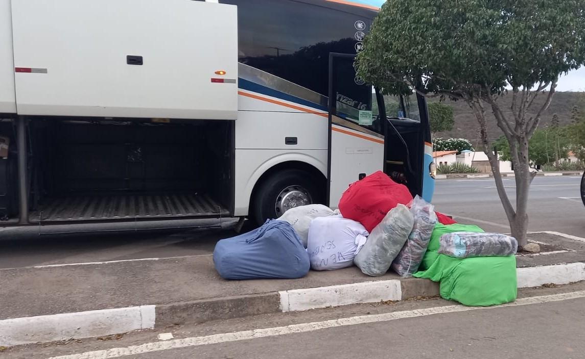 Roupas falsificadas de marcas famosas são apreendidas em bagageiro de ônibus na Chapada Diamantina