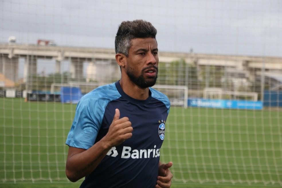 Léo Moura apura a forma em treino do Grêmio — Foto: Eduardo Moura