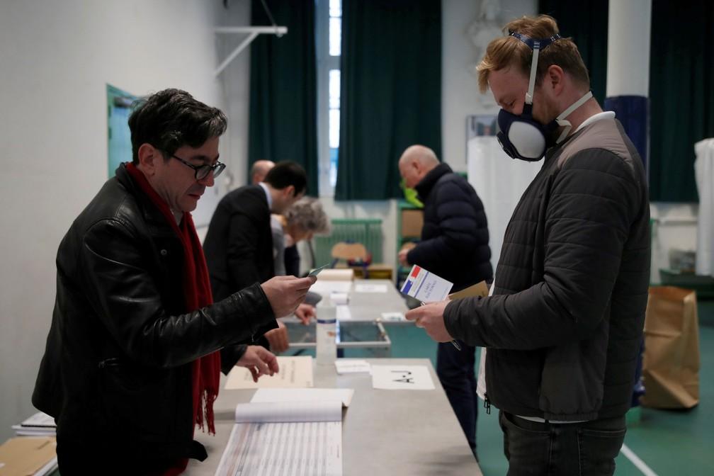 Homem usa máscara para votar no primeiro turno das eleições municipais em Paris, na França, neste domingo (15)  — Foto: Gonzalo Fuentes/ Reuters