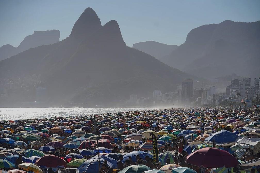 Rio tem domingo de praia cheia — Foto: Marcos Serra Lima/G1