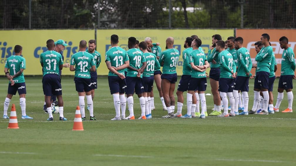 Mano Menezes conversa com o elenco Palmeiras na Academia de Futebol — Foto: Cesar Greco / Ag Palmeiras