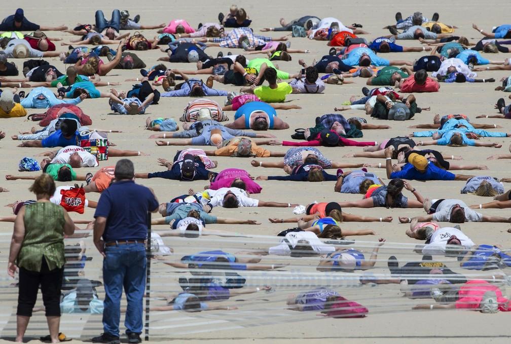 Cidade americana bate recorde de mais 'anjos de areia' simultâneos (Foto: Youngrae Kim/Muskegon Chronicle via AP)