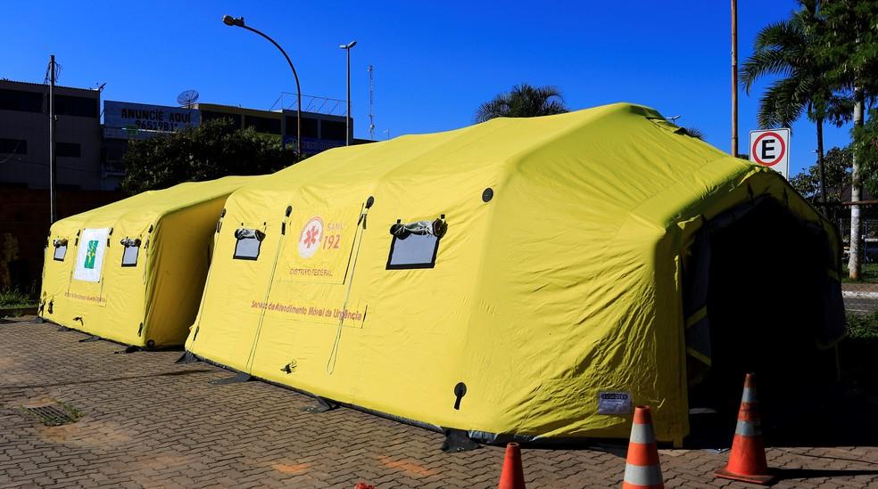 Tendas de hospital de campanha foram montadas em 6 regiões do DF para atender pacientes com suspeita de dengue — Foto: Breno Esaki/Saúde-DF