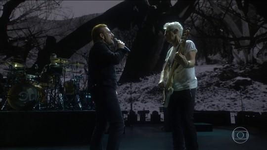 U2 em SP: baterista usa camisa com 'censura nunca mais' e Bono cita Cazuza e Renato Russo