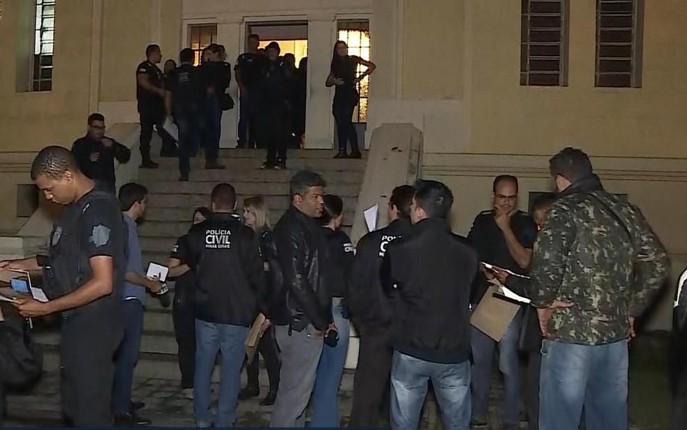 Policiais fazem operação de combate à violência contra mulher. (Foto: Reprodução/TV Globo)