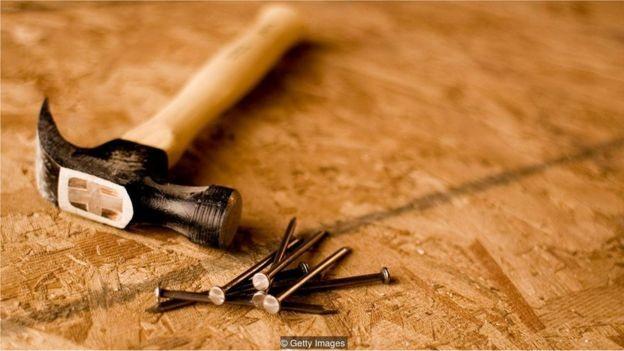 Placas de madeira contém colas que podem liberar vapor tóxico de formaldeído  (Foto: Richvintage/via BBC News Brasil)