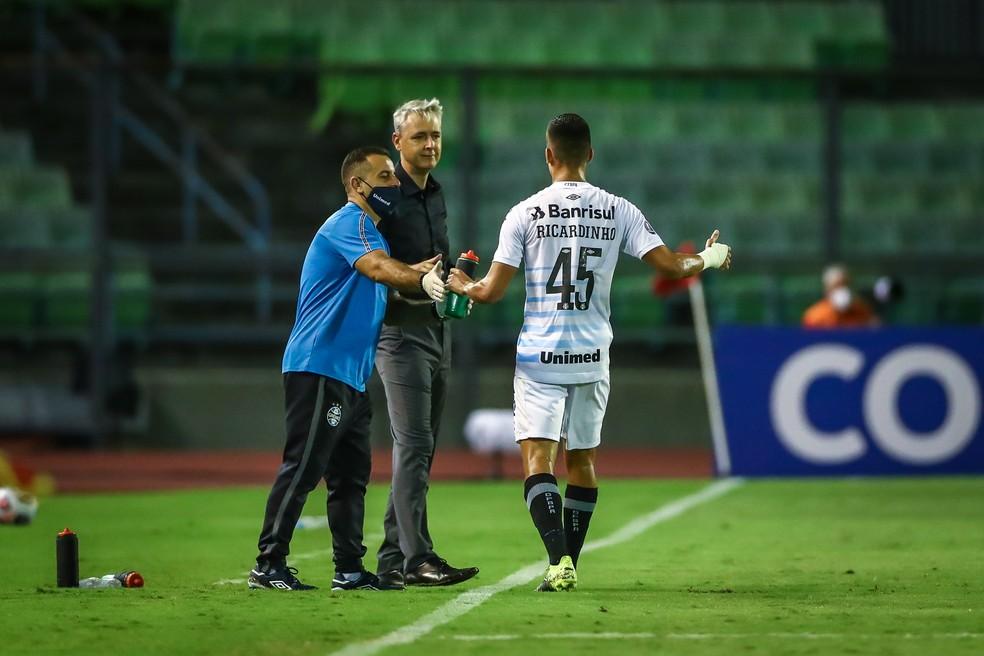 Tiago Nunes e Ricardinho em vitória do Grêmio — Foto: Lucas Uebel/Grêmio
