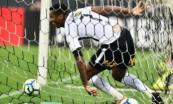 """Barreto critica Jô após gol irregular: """"Não saber que bateu no braço é complicado"""""""