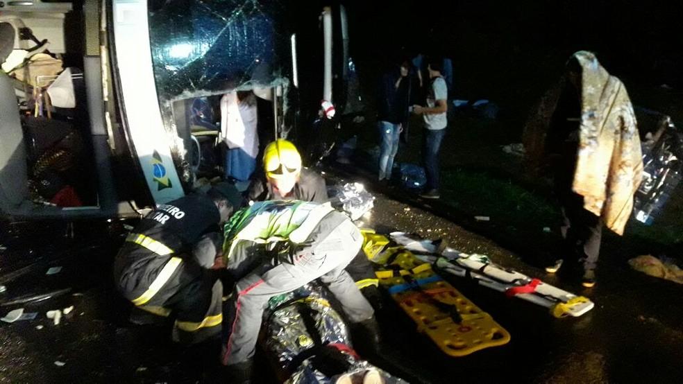 Pelo menos 40 ocupantes do ônibus do PR foram levados a hospitais do Vale do Itajaí. Acidente ocorreu na madrugada deste sábado na BR-470 em SC (Foto: Rádio Educadora/Divulgação)