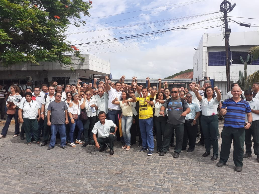 Motoristas, cobradores e fiscais de ônibus fazem protesto contra demissões e suspensão de salários