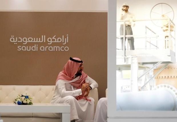 Homem visto durante evento da petroleira estatal Saudi Aramco, da Arábia Saudita, em Manama (Foto: Hamad I Mohammed/Reuters)
