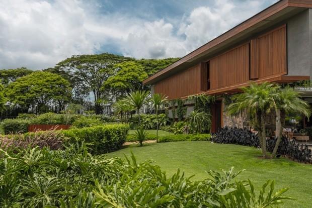 A principal reivindicação para a área externa de 1.200 m² era que o jardim refletisse o aspecto moderno da moradia e acrescentasse linhas sinuosas ao projeto (Foto: Victor Affaro / Divulgação)