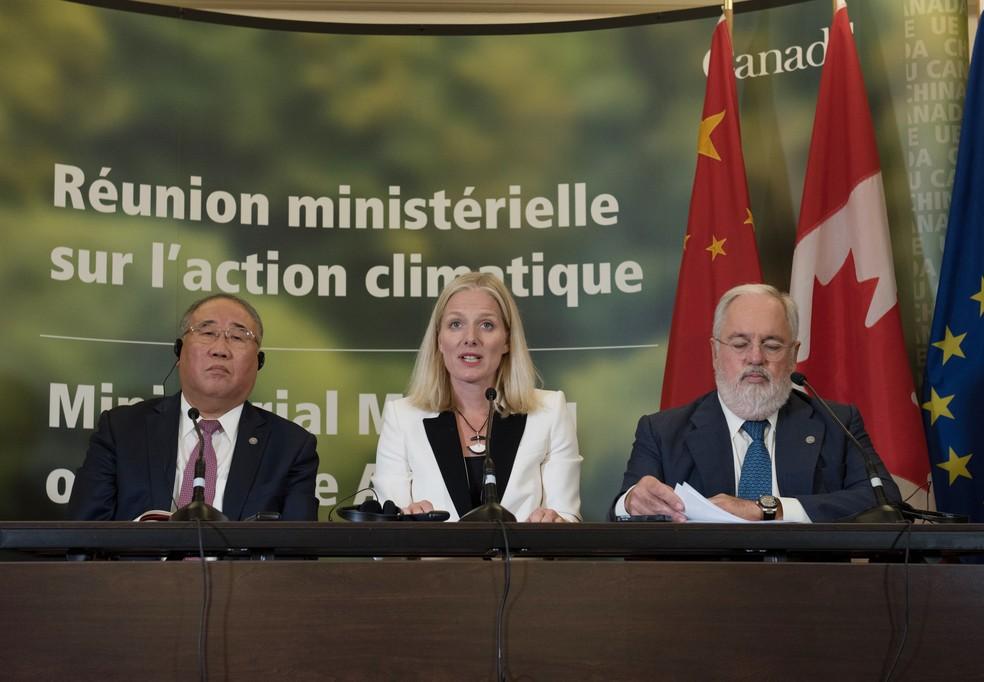 O representante da China sobre mudanças climáticas, Xie Zhenhua, a ministra canadense do Meio Ambiente, Catherine McKenna, e o Comissário da União Européia para Mudanças Climáticas e Energia, Miguel Arias Canete (Foto: Alice CHICHE / AFP)
