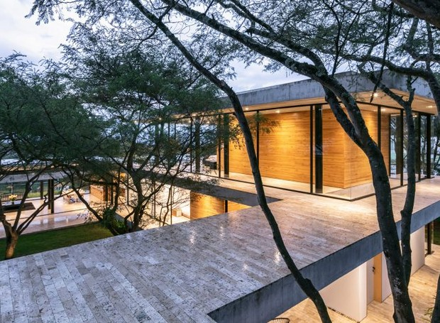 Em forma de U, duas asas se estendem ao lado da suíte principal no topo da casa (Foto: Deezen/ Reprodução)