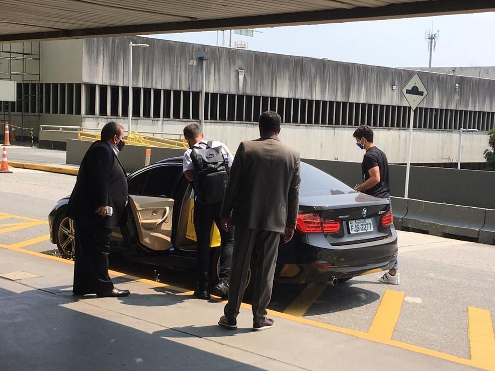 Rodrigo Caio e Everton Ribeiro deixam o aeroporto internacional do Rio de Janeiro — Foto: Tébaro Schmidt