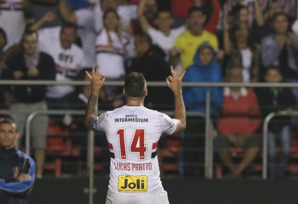 Lucas Pratto comemora um dos seus 14 gols com a camisa do São Paulo — Foto: Rubens Chiri/saopaulofc.net