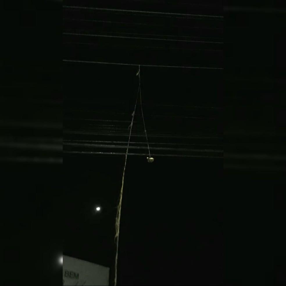 Objeto estava sobre rede de distribuição; a hipótese é que tenha causado um curto circuito e incendiado o transformador — Foto: Celesc/Divulgação
