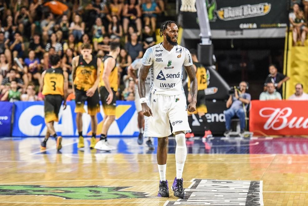 Nick Wiggins foi o cestinha da partida  — Foto: Victor Lira/Bauru Basket