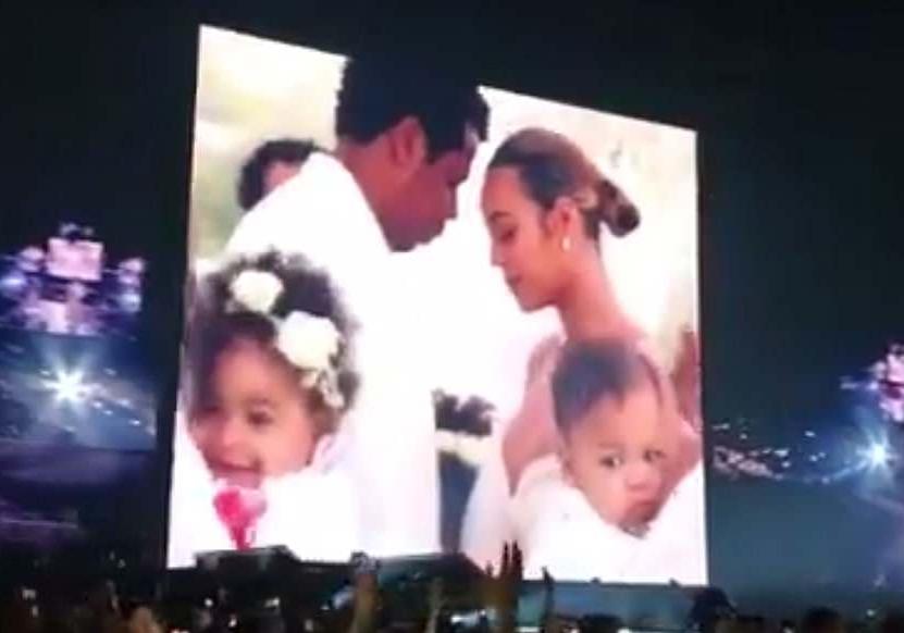 O telão do show de Beyoncé mostrando a cerimônia de renovação de votos de seu casamento com o marido, o rapper Jay-Z (Foto: Twitter)