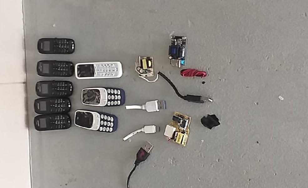 Preso estava com celulares, cabos USB e chips dentro do corpo — Foto: Sesp/MT