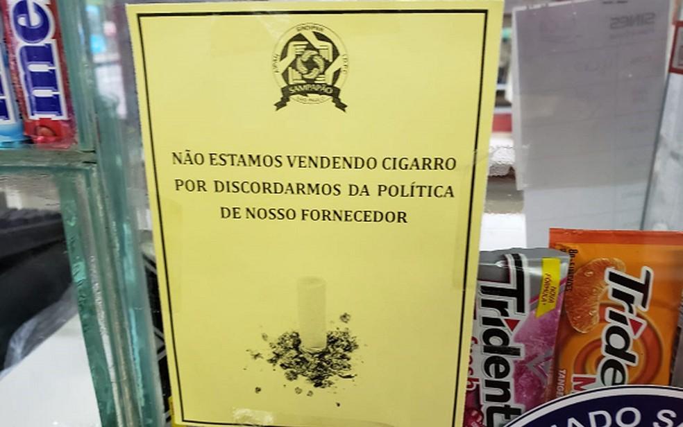 Padaria em Interlagos colocou aviso aos clientes informando que não vai mais vender cigarros — Foto: Arquivo pessoal