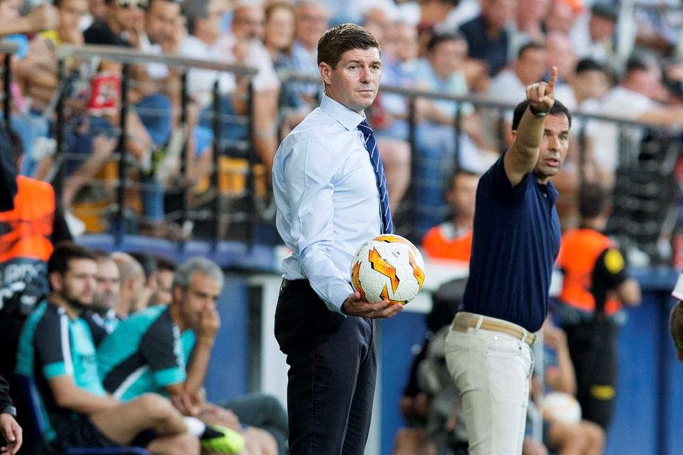 Gerrard na beira do gramado: Rangers tem bom início com o inglês — Foto: EFE