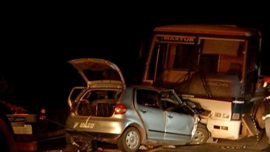 Ônibus bate de frente com carro e três pessoas morrem na MG-308