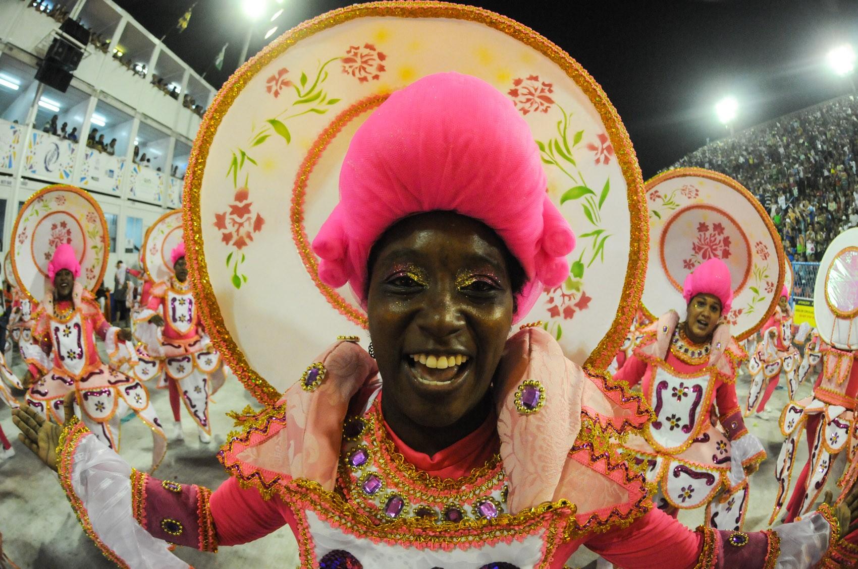 São Clemente leva corte de Luís XIV para Sapucaí em desfile colorido e lúdico