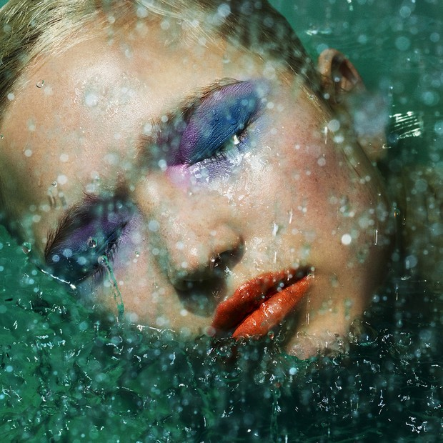 Splish splash: Aqua Seal Waterproof Liquid Converter; Pure Pigments Intense Colored Powder nas cores Blue e Violet; Glossy Full Couleur Extreme Shine Lip Gloss na cor Vibrant Orange - tudo Make Up For Ever (Foto: Zach Gold)