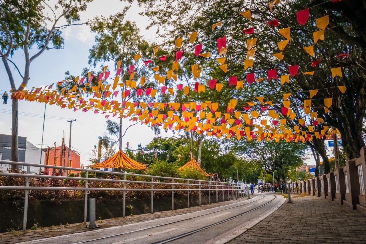 Ruas e avenidas de Caruaru são decoradas com bandeiras e balões às vésperas do dia de São João