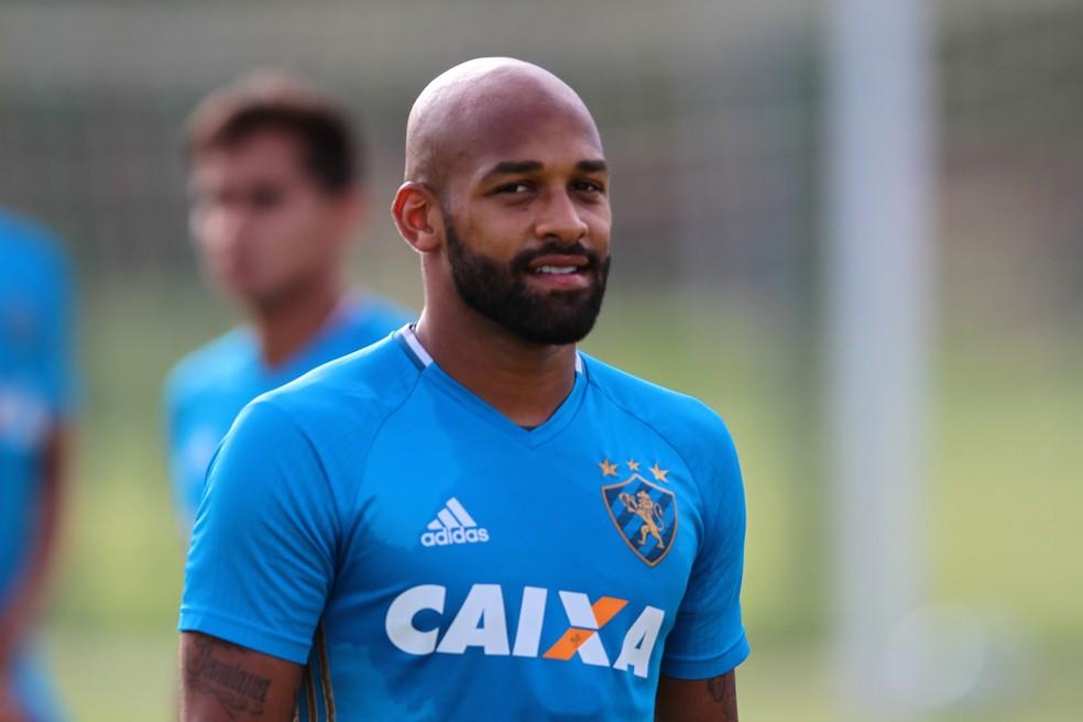Fellipe Bastos saiu com cãibras na coxa e não preocupa (Foto: Aldo Carneiro/ Pernambuco Press)