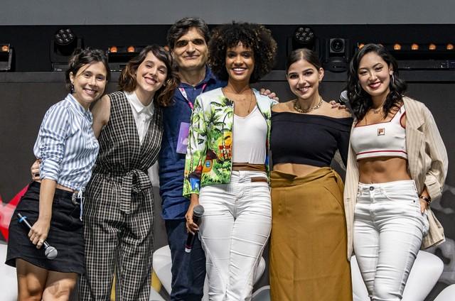 As protagonistas de 'As Five' com o autor da série, Cao Hamburger (Foto: TV Globo)