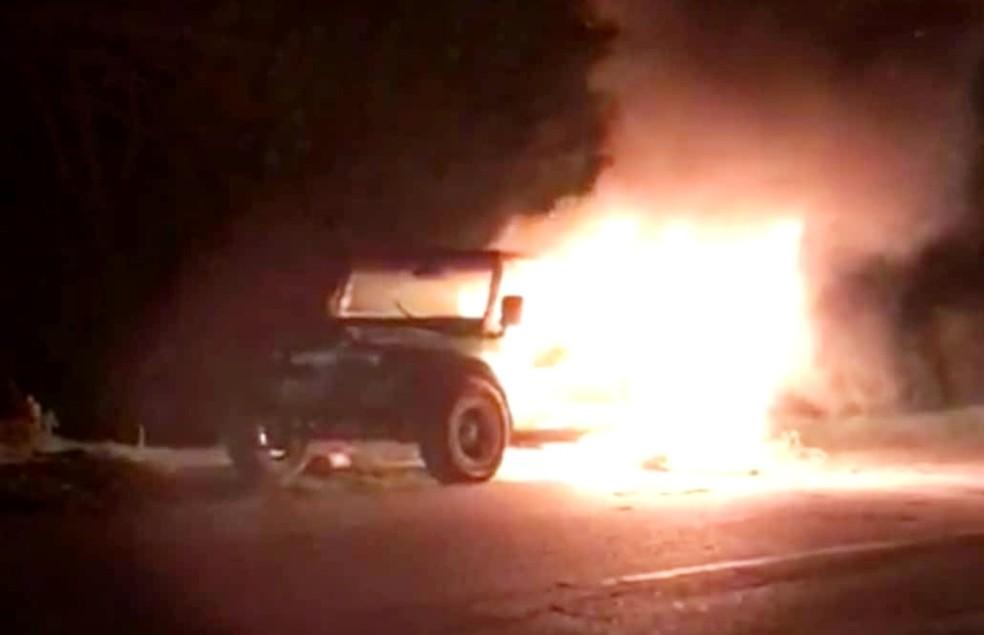 O carro pegou fogo na ladeira da Escola Arquipélago  — Foto: Ana Clara Marinho/TV Globo
