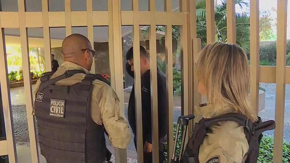 Policiais na portaria do prédio do ex-governador Eduardo Azeredo (Foto: Reprodução/TV Globo)