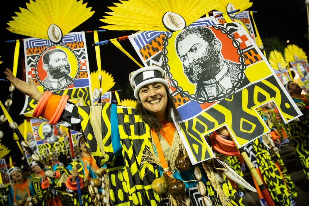 Ala da Mangueira faz homenagem a Luiz Gama — Foto: Fábio Tito/G1