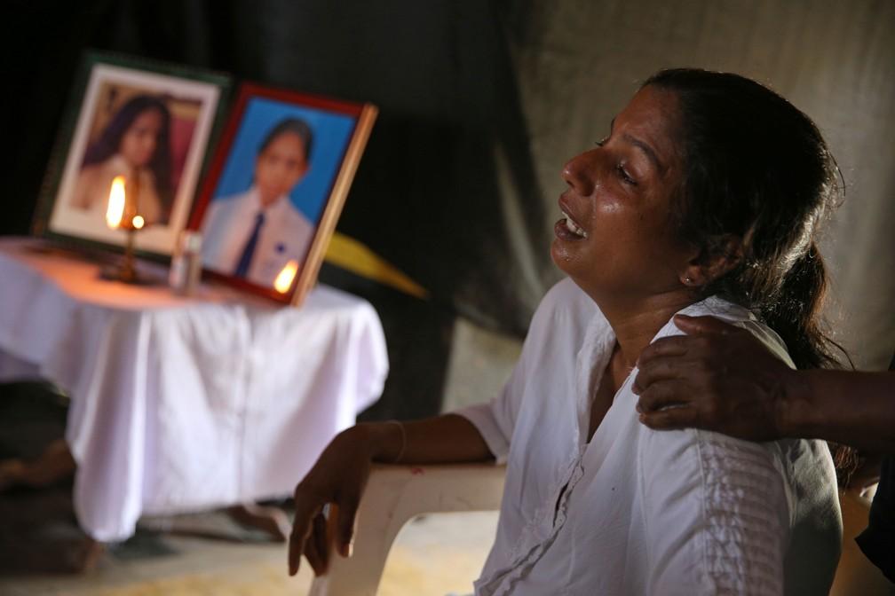 Mãe chora durante velório de filha de 13 anos, que foi vítima da série de ataques ocorrido no Sri Lanka no domingo de Páscoa   — Foto: Athit Perawongmetha/ Reuters