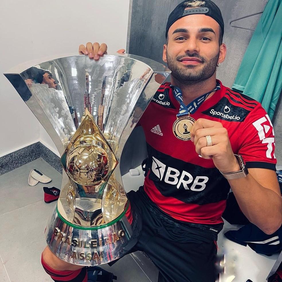 Thiago Maia posa para a foto exibindo a medalha e o troféu de campeão brasileiro — Foto: Reprodução/Instagram/Thiago Maia