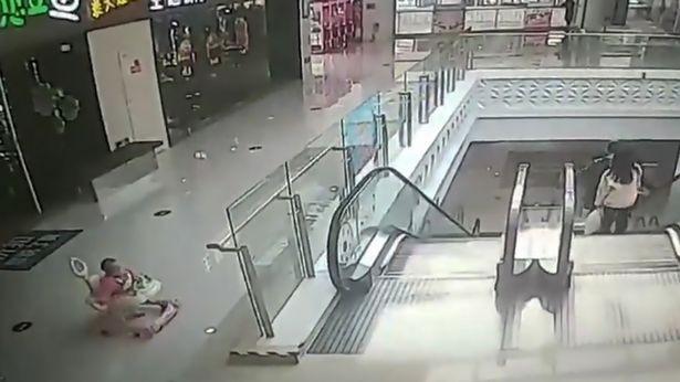 Bebê cai de escada rolante com andador (Foto: Reprodução/ Youtube)