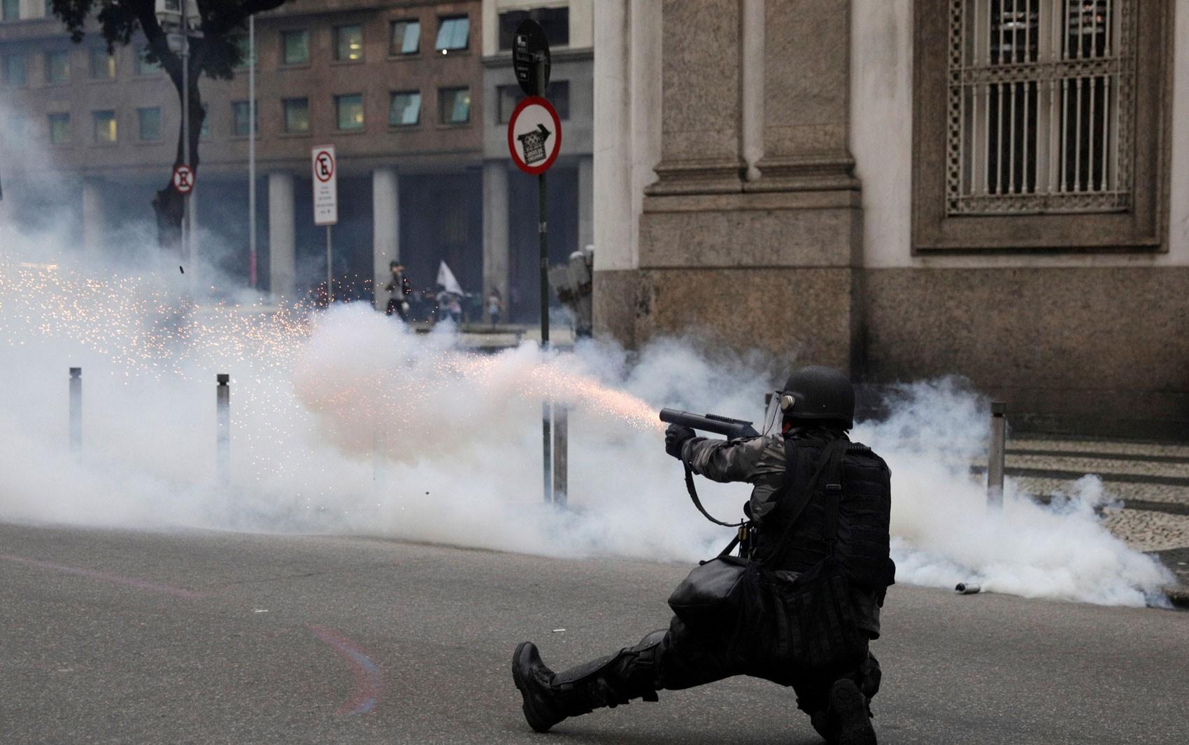 Justiça do RJ autoriza uso de gás lacrimogêneo e balas de borracha para garantir a ordem em manifestações