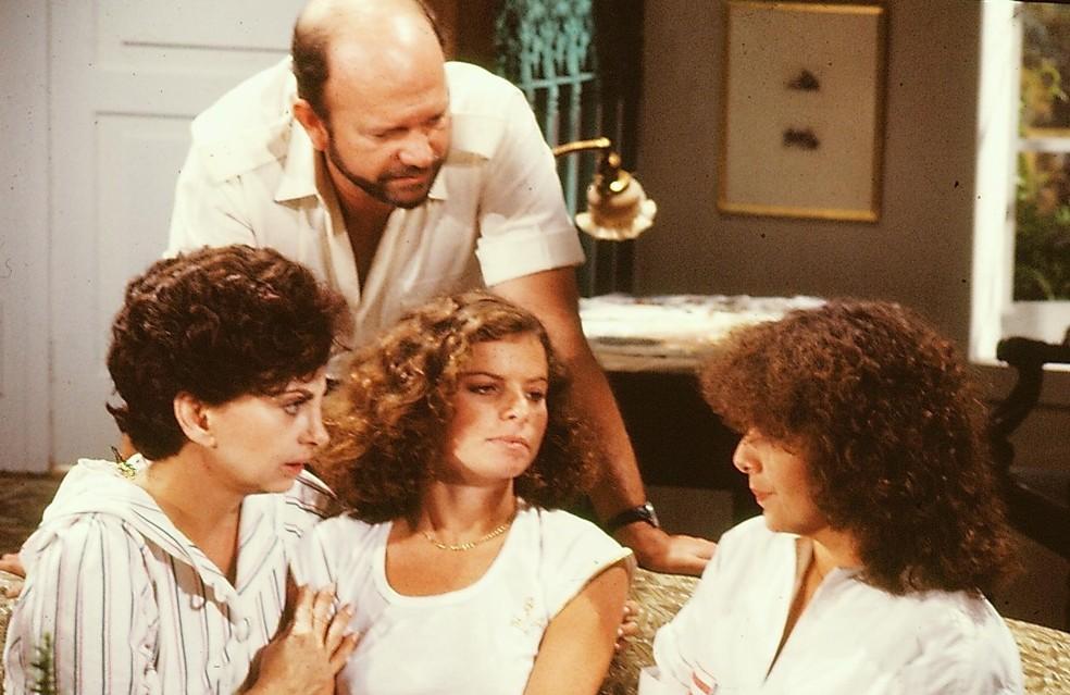 Cecil Thiré em cena com Beatriz Segall, Debora Bloch e Irene Ravache em 'Sol de Verão', de 1983 — Foto: Acervo TV Globo