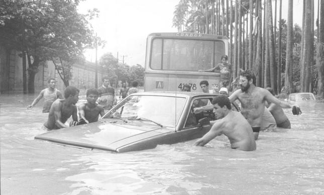 Rua Jardim Botânico transformada em um rio, durante enchente em fevereiro de 1988