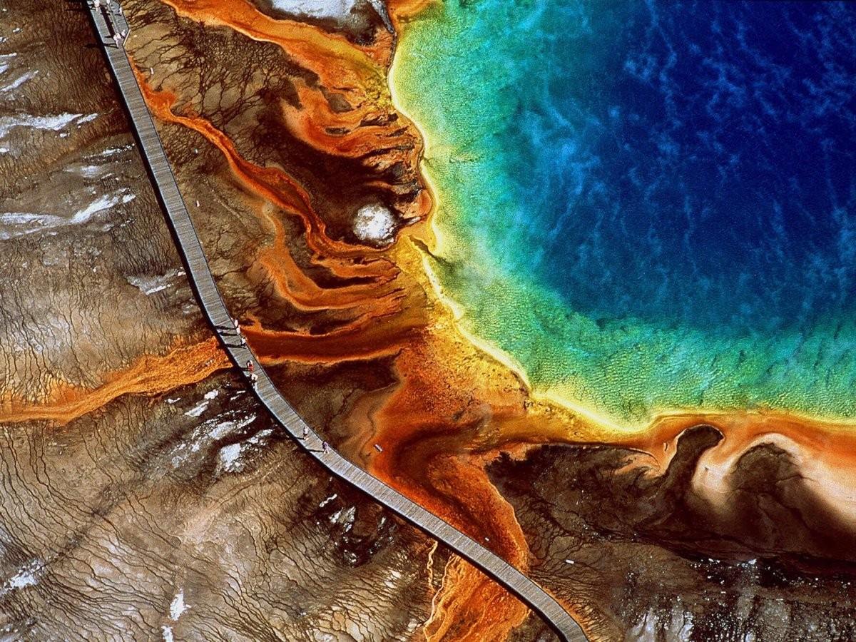 No Parque Nacional de Yellowstone, no estado americano de Wyoming, está o Grand Prismatic Spring, o maior lago de águas termais dos Estados Unidos. Como pode ser visto na imagem, o que mais chama a atenção dos turistas é a variação de cores da paisagem. (Foto: Reprodução)