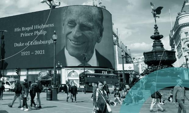 Telão em Piccadilly Circus, em Londres, anuncia a morte do príncipe Philip