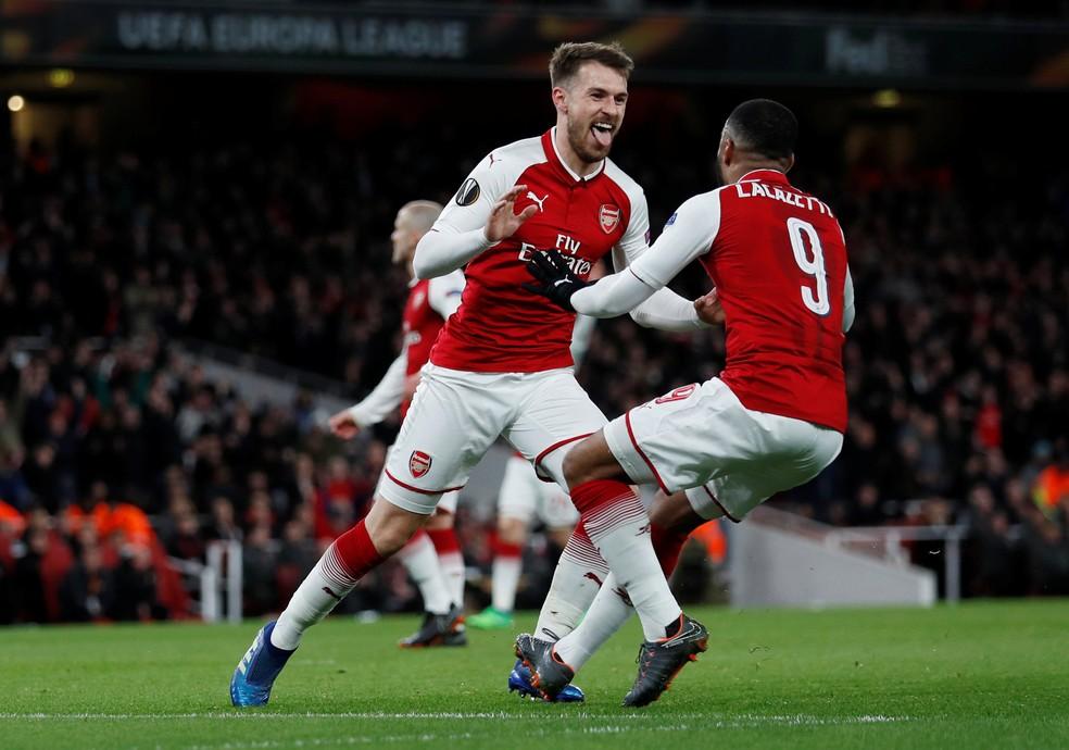 Ramsey comemora seu golaço com Lacazette; cada um marcou duas vezes (Foto: REUTERS) Arsenal