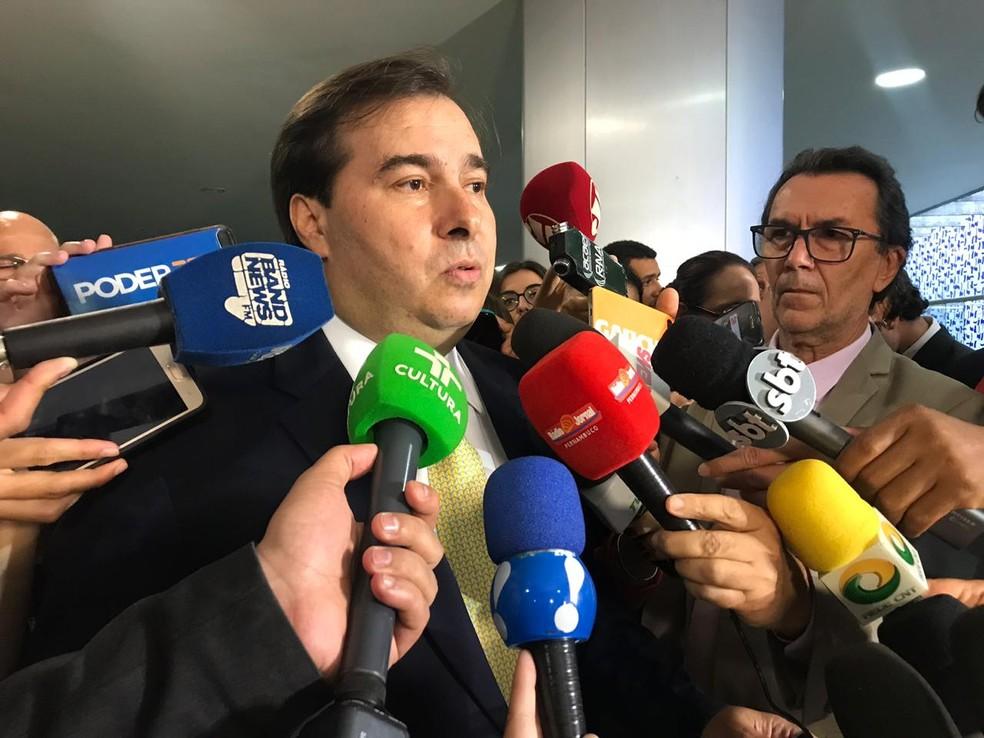 O presidente da Câmara, Rodrigo Maia (DEM-RJ), concede entrevista a jornalistas no Salão Verde, em outubro de 2018 — Foto: Fernanda Calgaro/G1